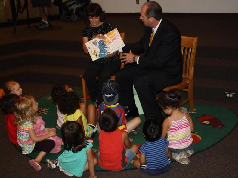 Mayor Richard Berry works with local schools in Albuquerque to read to students.